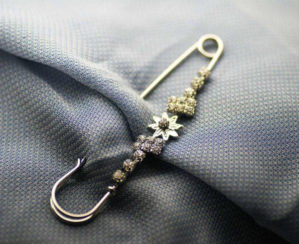 spilla floreale in metallo con inserto di cristalli Swaroski