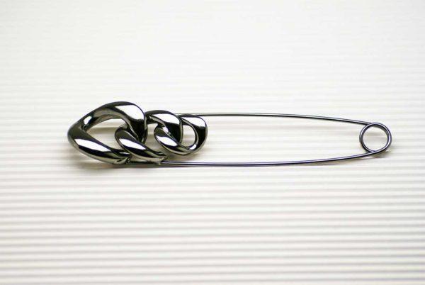 spilla in metallo con lavorazione a catena