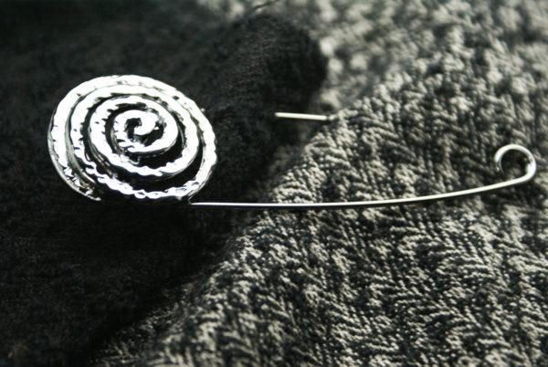 spilla in metallo con lavorazione a spirale