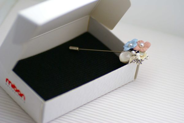 Spillone floreale in metallo con inserti in perla